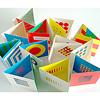 リトル・アイ 3: いろ・いろ・いろ:3つ折りになったカードが12枚入っています。