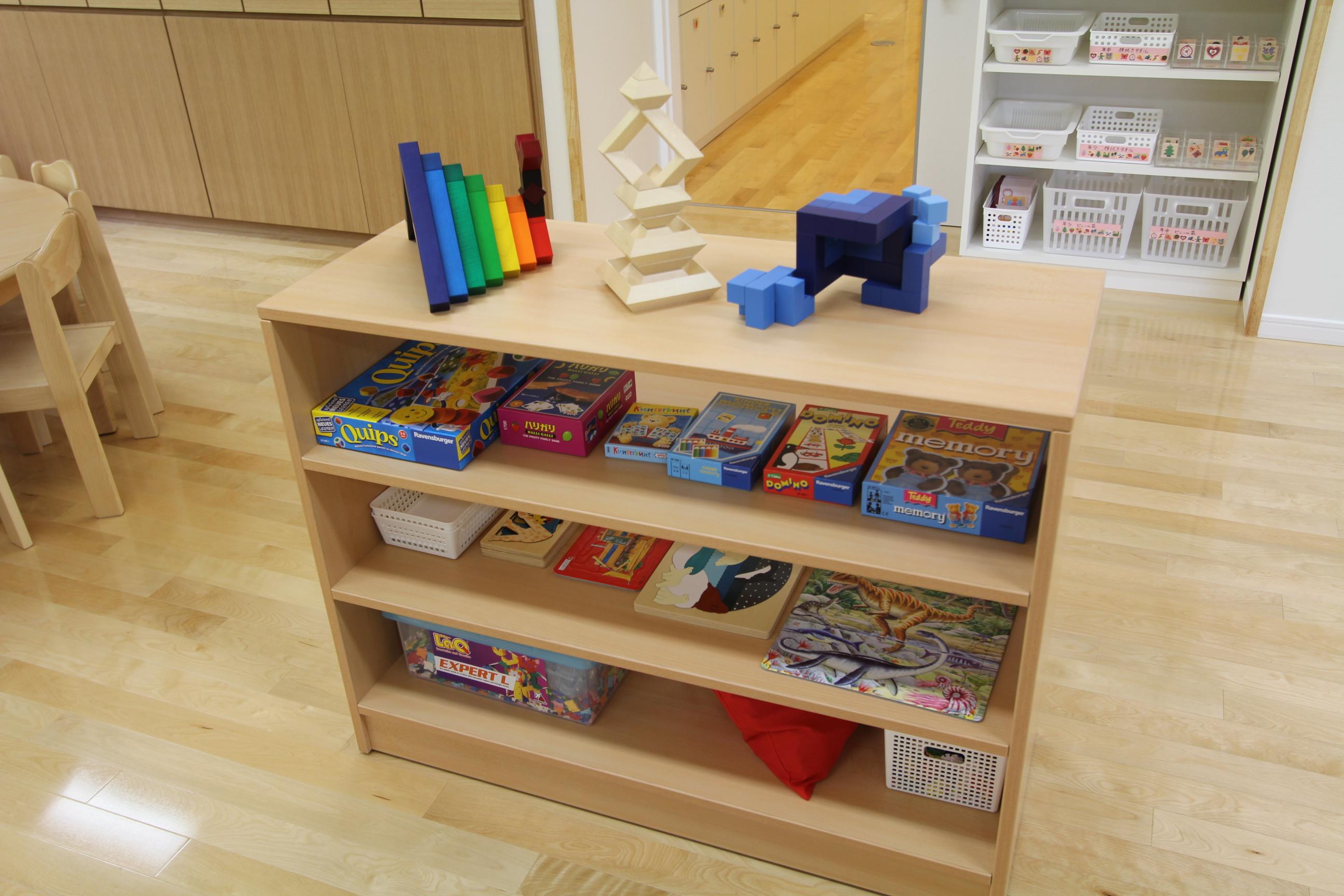 幼児 幼児 積み木 : ゲームやパズルが置いてある棚 ...