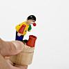 帽子をかぶる人形: