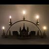 尖塔アーチ型キャンドルスタンド「聖歌隊と小さな村」:LED式キャンドルを取り付けるとこんな感じ