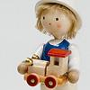 男の子とおもちゃの車: