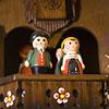 MT763/10 鳩時計:テラスでは、オルゴールに合わせ、人形が回転します。