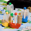 パイレーツゲーム:積める宝は5個まで。それ以上積むと転覆します。