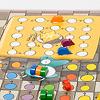 ねずみの競争:黄色い食卓の上には大きなチーズ。ねずみは椅子を踏み台にして登っていきます。