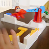 くるくるルーイ(くるりんパニック):飛行機がこのまま降りてくると黄色のチップに当たって、黄色プレーヤーのチップはあと1枚になってしまいます。一か八か、ひたすら叩くしかない!
