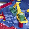 AQ516アクアボックス カナルロックハーバー:コンテナ船のコンテナをハーバーのクレーンが積み下ろしします。クレーンは2つのハンドルで操作します。