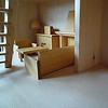 バウアー社の人形の家:ドライ・ブレッター社の居間セットを1階左の部屋に置いた例