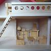 バウアー社の人形の家:ドライ・ブレッター社の居間セットを1階右の部屋に置いた例