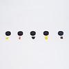 黒ねこゲーム:最初にねこ役は5個の黒い帽子と5個の隠すもの(チョコ、チーズ、ベーコンなど)を並べます。