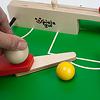 木製キックサッカー:つまみ(球形)を動かすとフリッパーが回転します。